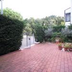 giardino con posto auto 1