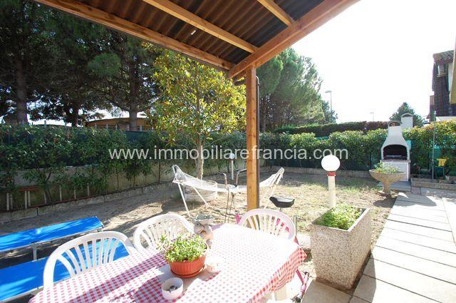 giardino angolare con barbecue