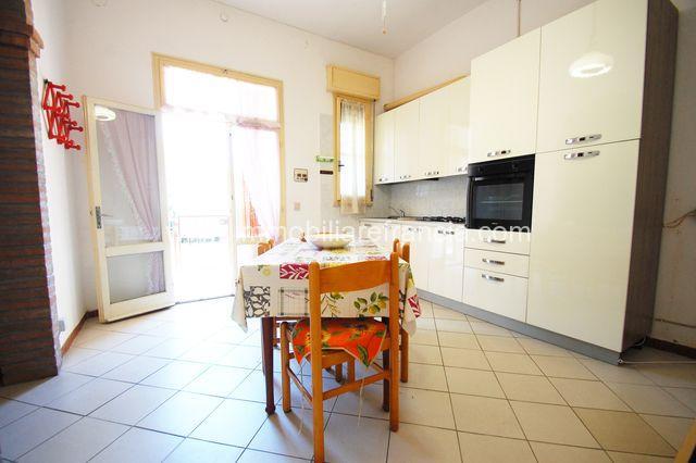 Lido di Volano appartamento trilocale con posto auto condominiale e corte comune