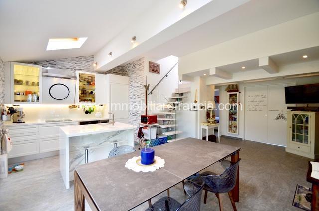 interno soggiorno con cucina a vista